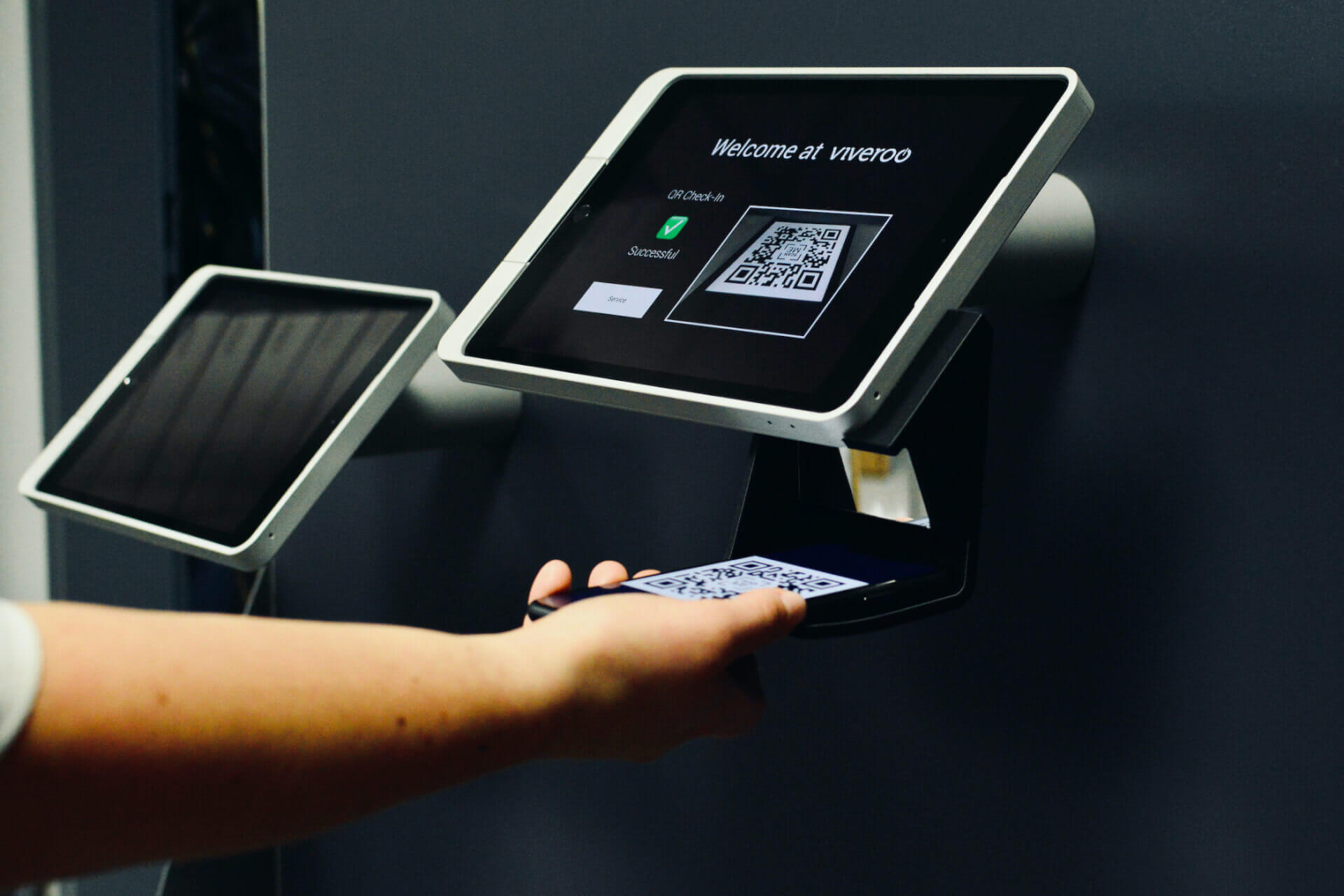 viveroo-kiosk-wall-stand-two-units-scanning-process-2