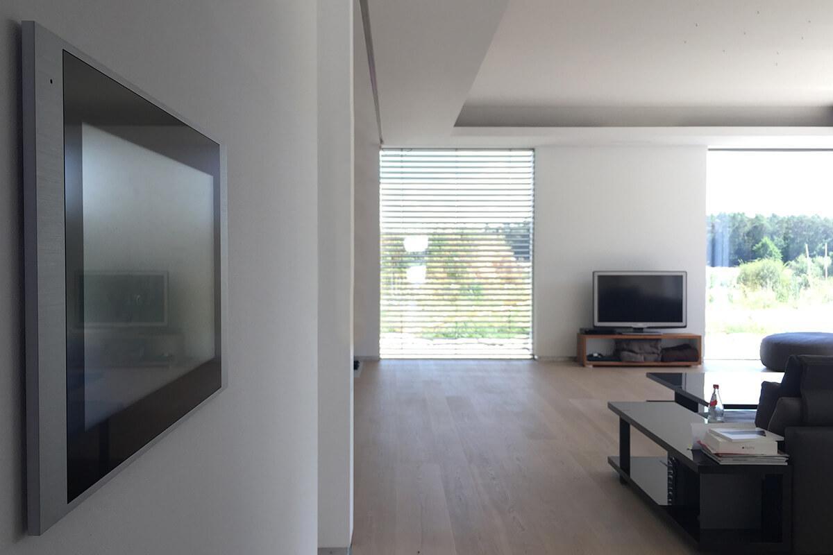 Wohnzimmer mit Touchpanel und Heimkino