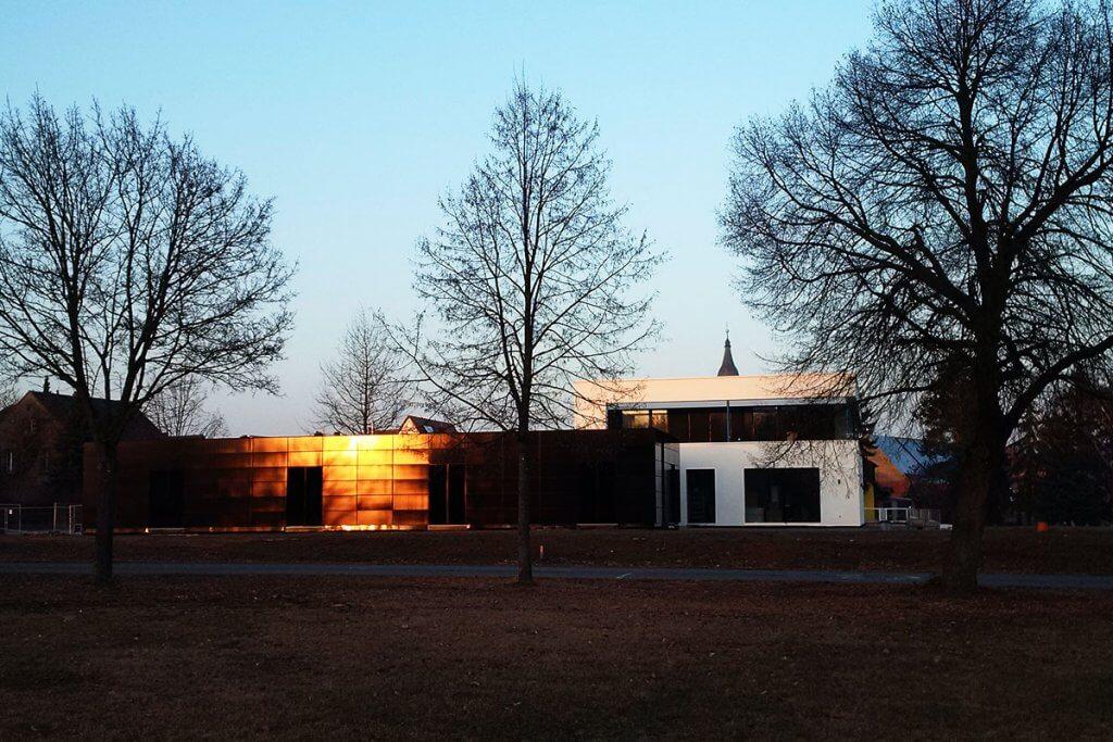 Plusenergiehaus bei Sonnenuntergang