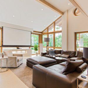 Wohnzimmer Heimkino mit Beamer und Leinwand