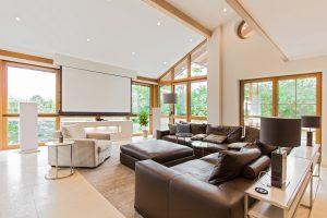 Smart Home Wohnzimmer mit Leinwand