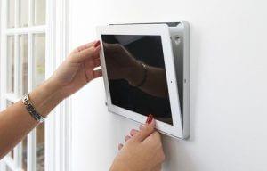 iPad Wandhalterung Eve von basalte wird installiert