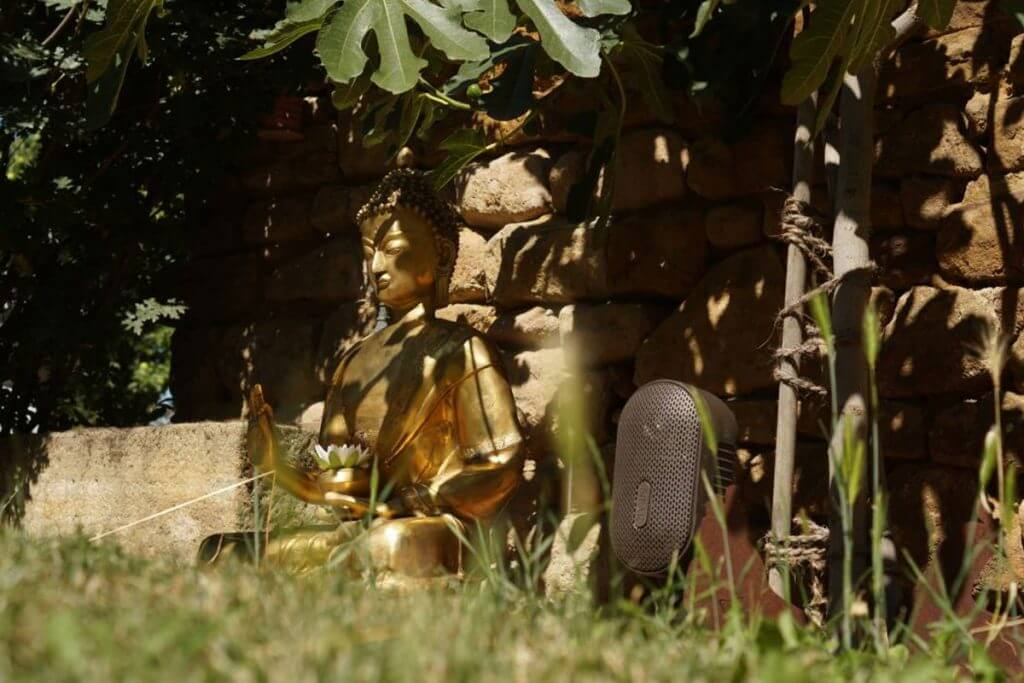 Gartenlautsprecher neben Budda Figur