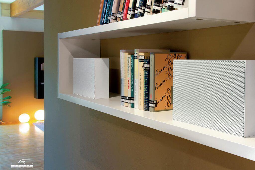 Lautsprecher im Bücherregal von Garvan