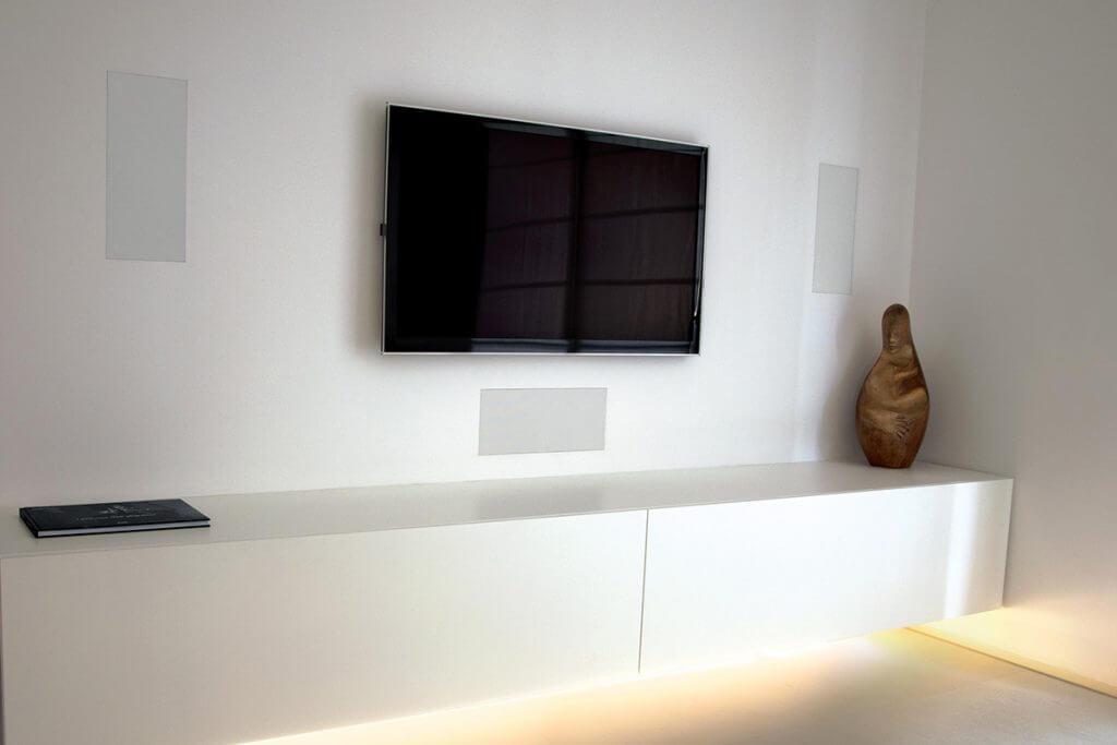 Flächenbündige Lautsprecher in der Wand um den Fernseher