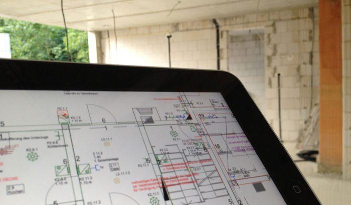 Tablet mit CAD-Zeichnung im Rohbau