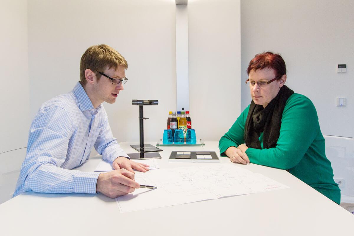 Thomas Lübbeke berät eine Bauherrin