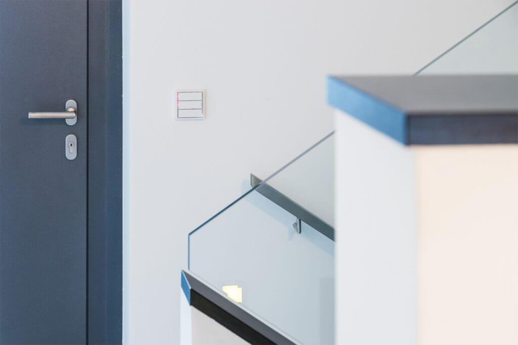 Treppenaufgang mit Gira Schalter