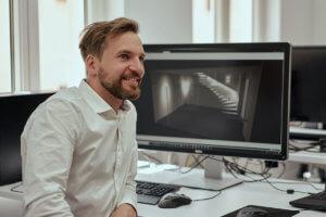 Elektro-Ingenieur und KNX-Programmierer Phillip Reiß an seinem Arbeitsplatz bei Casaio